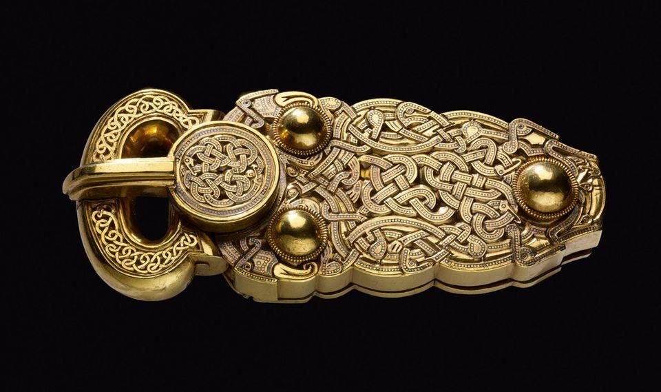 Sutton Hoo: Eine Gürtelschnalle aus Gold war unter den Reichtümern, die dem angelsächsischen Herrscher mit ins Reich der Toten gegeben wurde. Heute ist sie im Britischen Nationalmuseum ausgestellt