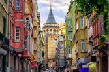 Traumziel der Woche: Wer aus der Altstadt kommend über die Galata-Brücke schlendert, wird auf der anderen Seite vom Galata-Viertel empfangen. Der Stadtbezirk liegt auf der europäischen Seite Istanbuls und beherbergt mit dem Galata-Turm den wohl schönsten Aussichtspunkt der Stadt. Der 67 Meter hohe Turm thront seit dem 14. Jahrhundert auf einem Hügel über den Dächern der Stadt, von oben bietet sich ein 360°-Rundblick auf Istanbul.
