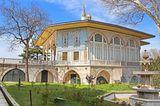 Traumziel der Woche: Neben der Hagia Sophia und der Moschee Sultan Ahmet Camii sollte man unbedingt auch dem prächtigen Komplex des Topkapi-Palastes einen Besuch abstatten. Die einstige Residenz der osmanischen Sultane liegt an der Spitze der Halbinsel der Istanbuler Altstadt und beeindruckt mit weitläufigen Parkanlagen, einer üppigen Schatzkammer, einem Harem und prächtigen Prinzenpavillons. In der rund 70 ha großen Anlage kann man ohne Probleme einen ganzen Tag verbringen.