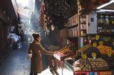 Traumziel der Woche: Bei einem Rundgang durch die Altstadt wird man früher oder später an einem der großen Eingänge des Großen Basars stehen. Der Gebäudekomplex, der Besucher mit einer Geräuschkulisse aus dudelnden Radios, Marktschreiern und Stimmengewirr begrüßt, ist nur wenige Querstraßen von der Hagia Sophia entfernt und lockt mit allem, was der Orient zu bieten hat. In allen Farben leuchtende Gewürze, Krüge und Töpfe, funkelnde Lampen und Schmuck, Süßigkeiten und würzig riechende Teigwaren, Kleidung – das Angebot ist schier unüberschaubar.