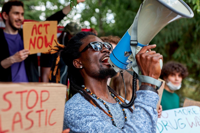 Ein Mann protestiert mit einem Megaphon
