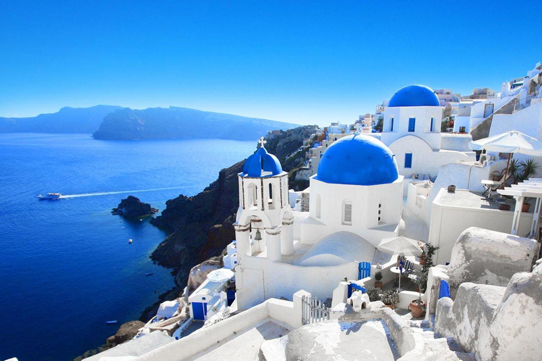 Ausblick von Santorin: Reiseveranstalter setzen für den Sommer auf Pauschalurlaub unter anderem in Griechenland