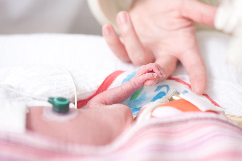 Geburtenstationen: Der medizinische Nutzen des Kuschelns sei weit höher als die Ansteckungsgefahr, argumentiert die WHO