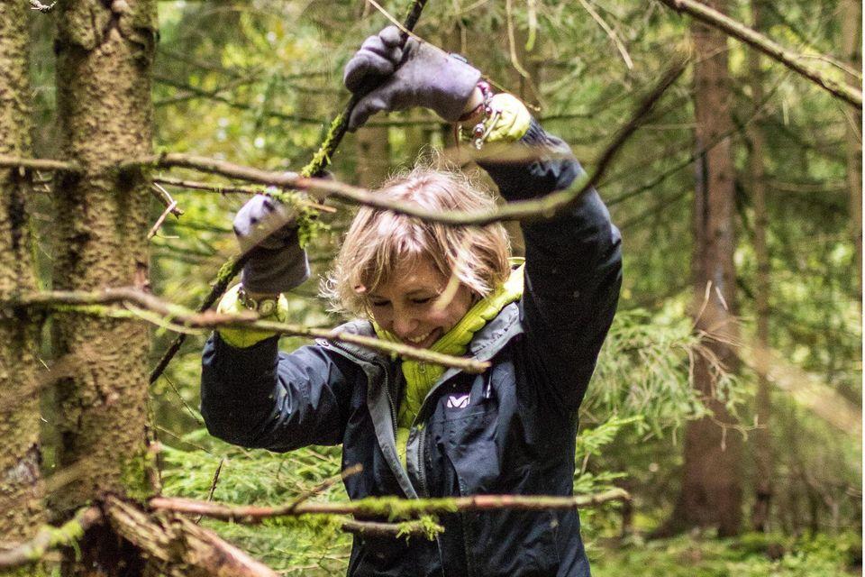 GEO Harz Survival Adrenalintours, Clausthal Zellerfeld-0893_GEO_Harz_Survival_Adrenalintours.jpg / Katja bei der Materialsuche für Ihre nächtliche Unterkunft