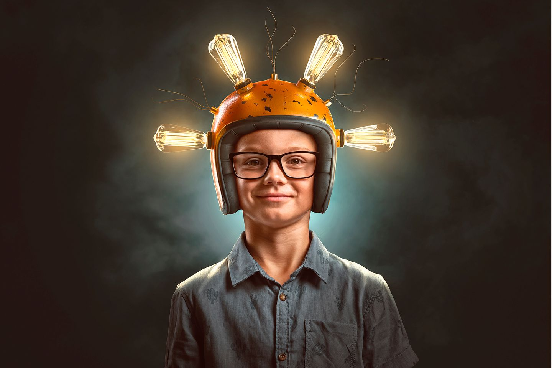 Junger Erfinder mit Glühbirnen-Helm