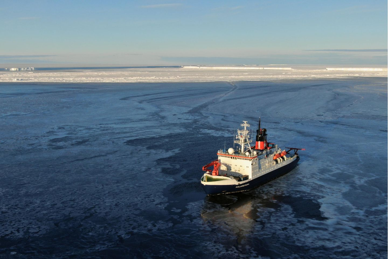In der Nähe befand sich das Forschungsschiff «Polarstern» auf Expedition. Die Wissenschaftler entschieden, in den Spalt zwischen Schelfeiskante und Eisberg vorzudringen, um den lange unter mehreren hundert Metern Eis verborgenen Meeresboden zu erkunden.