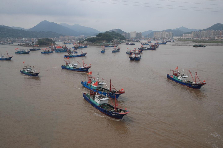 Fischerboote verlassen den Hafen Shipu in der Provinz Zhejiang