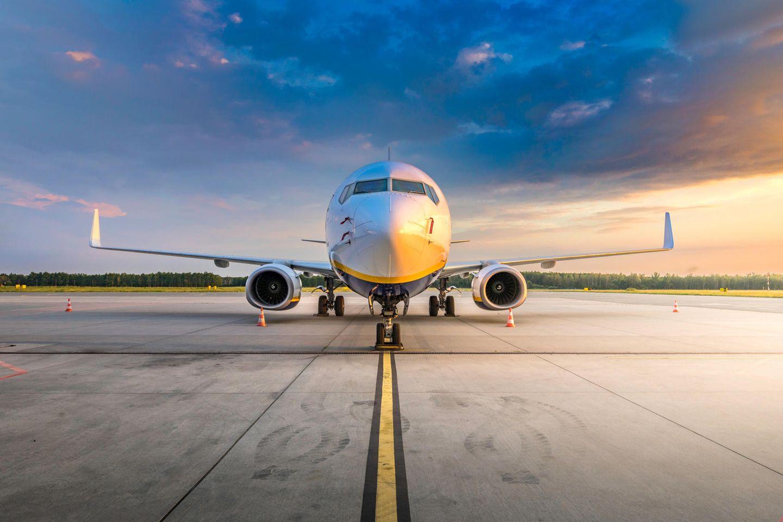 Flugzeug steht am Flughafen