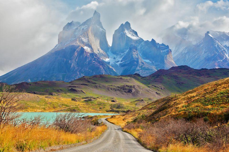 Nationalpark Torres del Paine, Patagonien, mit den Gipfelm von Los Kuernos über dem Pehoe-See