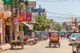 Belebte Straße in Siem Reap, Kambodscha