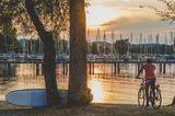 Radfahrer bei Sonnenuntergang an der Chiemgauer Seenplatte