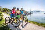 Radfahrerinnen mit Radkarte am Chiemsee