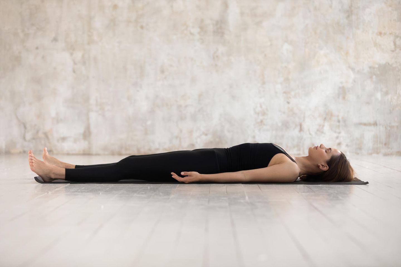 Frau macht eine Entspannungsübung