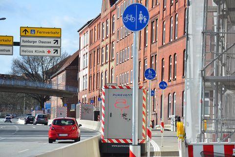 Jetzt auch mit Schilderwald: Filteranlagen auf dem Radweg am Theodor-Heuss-Ring in Kiel
