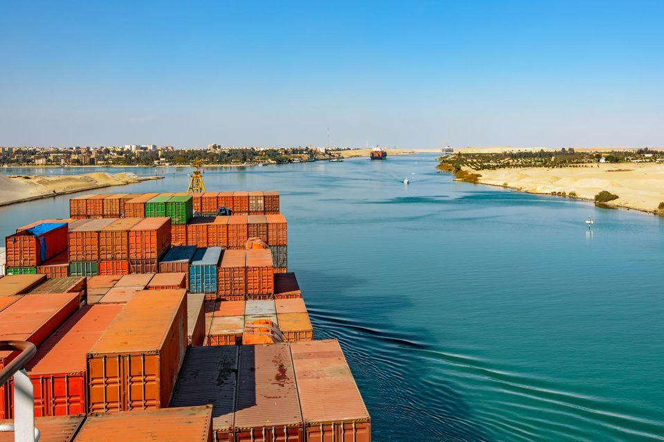 Containerschiffe auf dem Suezkanal
