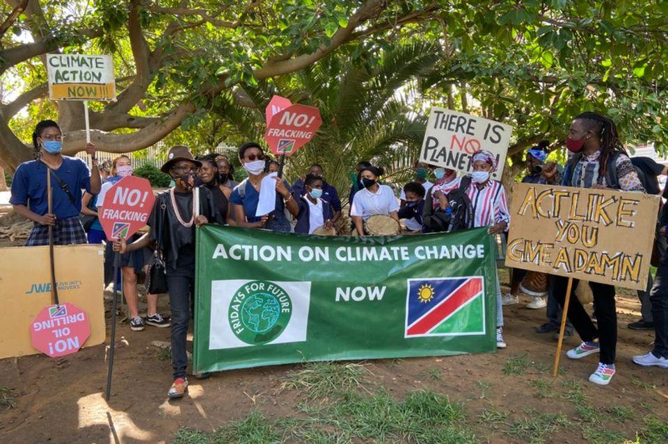 """Aktivisten von """"Fridays for Future"""" demonstrieren mit Transparenten und Plakaten"""