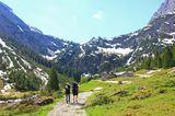 Ein Paar wandert durch das Kleinwalsertal in den Alpen