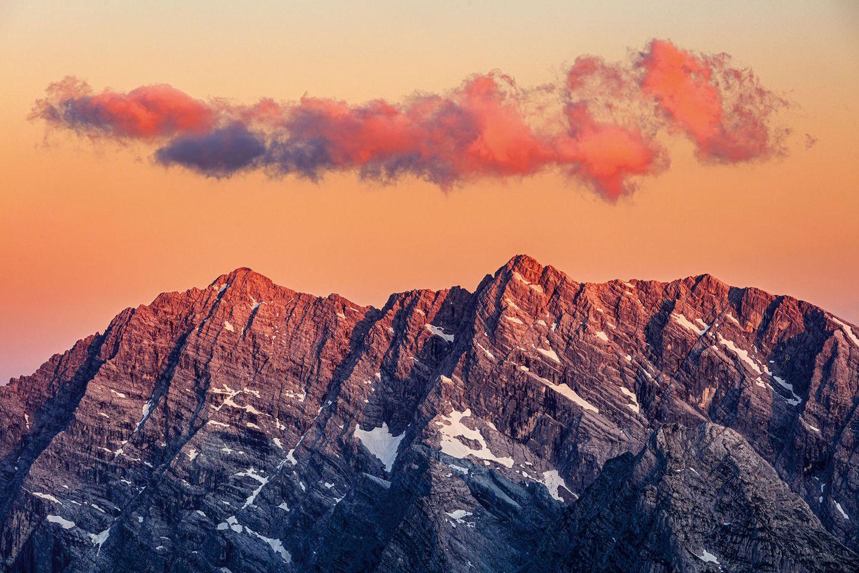 Blick auf das Watzmannmassiv von Osten: rechts das Hocheck, in der Bildmitte die Mittelspitze und links die Südspitze. Darunter: die wahrscheinlich berühmteste Wand der Ostalpen, die legendäre Watzmann Ostwand.