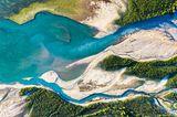 Blick aus der Vogelperspektive: Zu sehen ist die Isar, wie sie in den Sylvensteinspeicher mündet. Beeindruckend sind die unterschiedlichen Farben von See und Flussverästelungen.