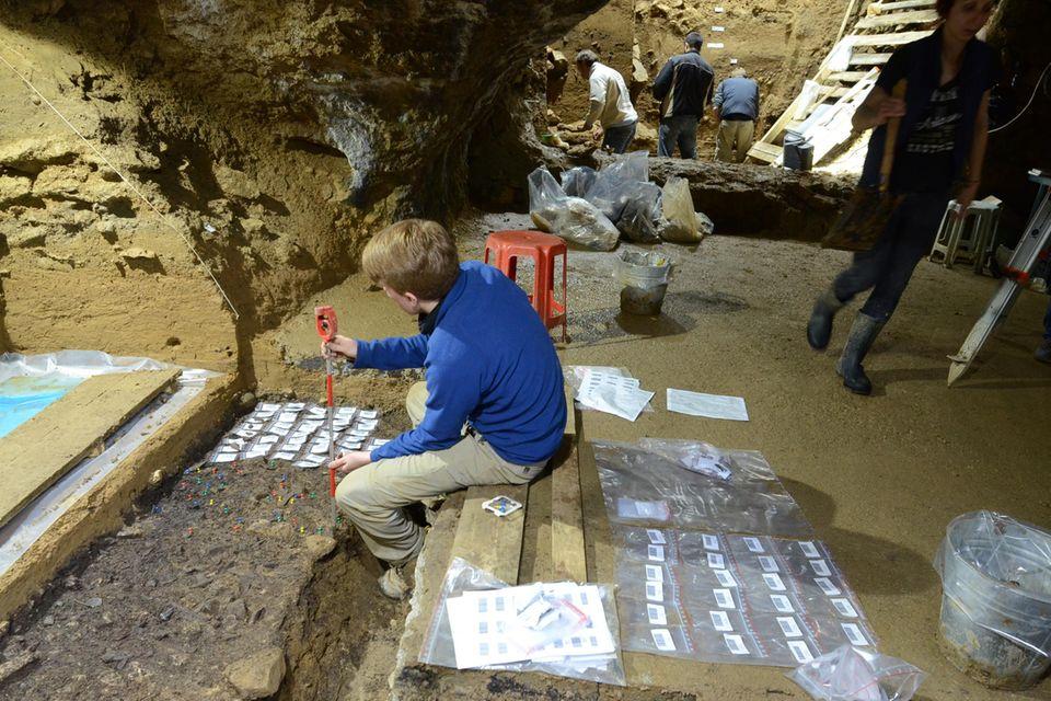 Wissenschaftler bei der Ausgrabungen in der Bacho-Kiro-Höhle in Bulgarien