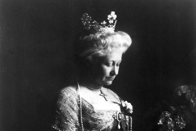 Kaiserin Auguste Victoria bei der Lektüre (undatiere Aufnahme)