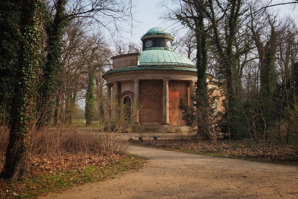 Der Antikentempel in der Nähe des Neuen Palais in Brandenburg ist ein Mausoleum für Mitglieder des Hauses Hohenzollern. Auch die erste Ehefrau von Kaiser Wilhelm II., Auguste Victoria bekam nach ihrem Tod am 11.04.1921 darin einen Platz