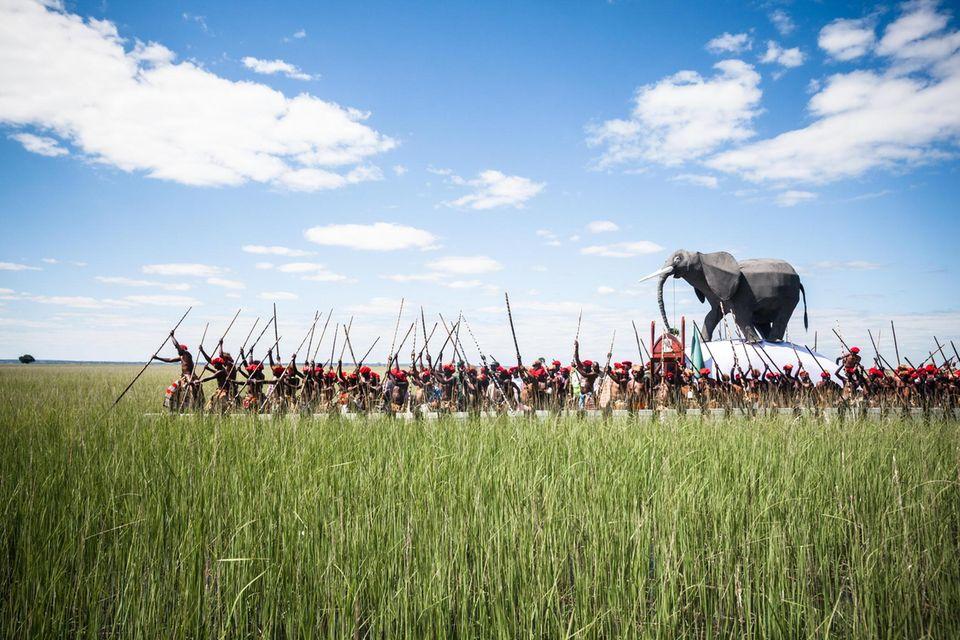 Wenn der Sambesi am Ende der Regenzeit das Grasland bis zum Horizont unter Wasser setzt, lässt sich der Herrscher des Volkes der Barotse in einer pompösen Zeremonie in seine höher gelegene Winterresidenz paddeln. Über der königlichen Barke thront, als Symbol majestätischer Macht, eine Elefantenfigur