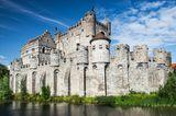 Die Burg Gravensteen steht am Wasser in Gent