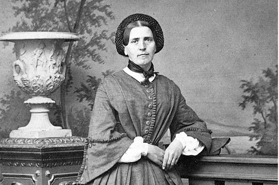 """Johanna Spyri lebt als Frau des Stadtschreibers in Zürich, während ihre Kinderfigur """"Heidi"""" ab 1879 die Welt erobert - auch weil sie vielen von der Industrialisierung gebeutelten Menschen das perfekte Alpenidyll bietet"""