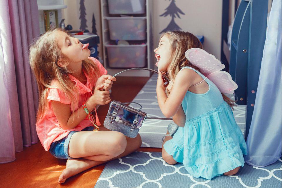 Zwei Schwestern streiten