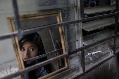 Yessenia frisiert ihre Haare vor einem Spiegel