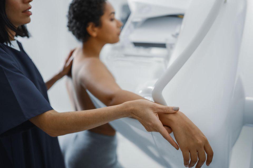Beim Brustkrebs-Screening soll die Mammografie gefährliche Tumore zeitig aufspüren