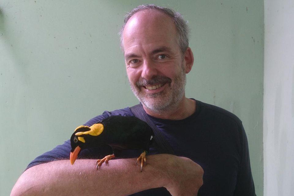 Lothar Frenz macht Bekanntschaft mit einem bedrohten Tenggara-Beo auf Java