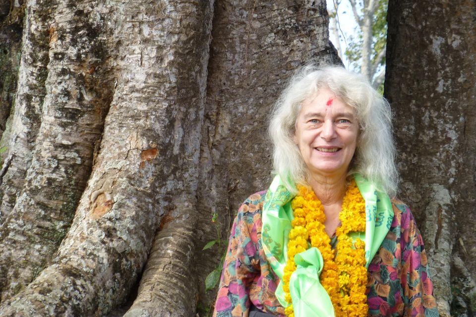 In Nepal wird Hanne Tügel mit vielenBlumenketten empfangen