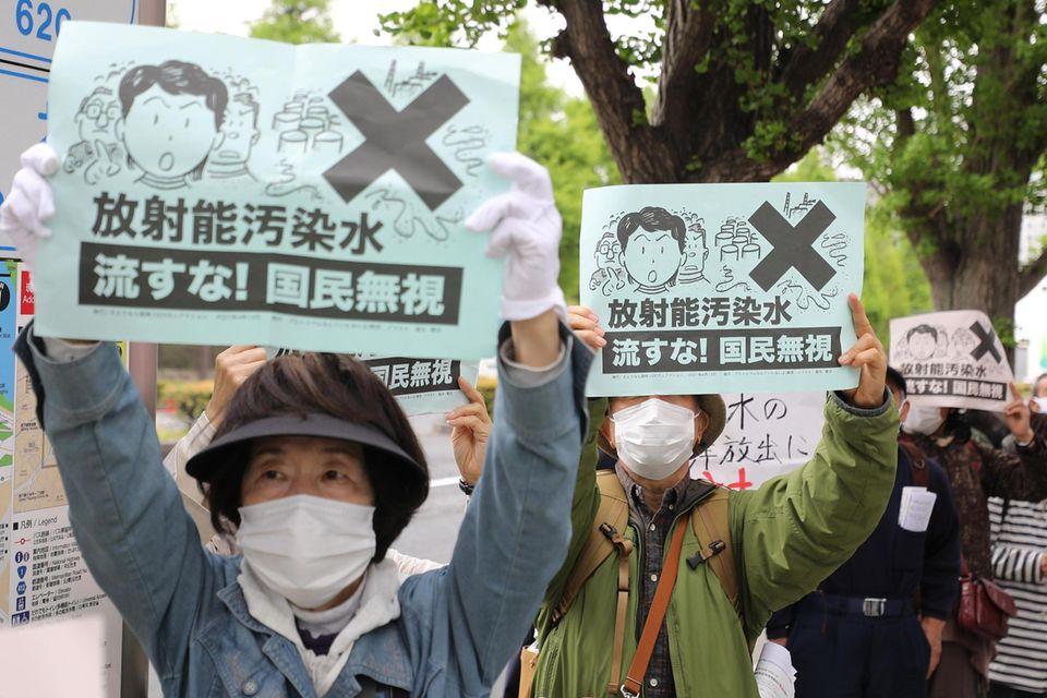 In Tokio kam es wegen der geplanten Einleitung von radioaktivem Kühlwasser zu Protesten