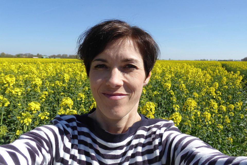 Christiane Kassner genießt die Natur im norddeutschen Tetenbüll
