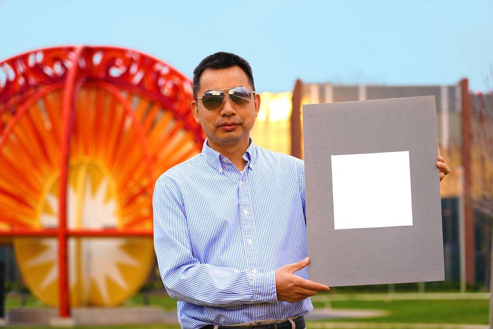 Maschinenbau-Professor Xiulin Ruan von der Purdue-Universität hat mit Kollegen die bisher weißeste Wandfarbe der Welt entwickelt