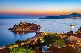 Die Insel Sveti Stefan liegt in der Abendsonne