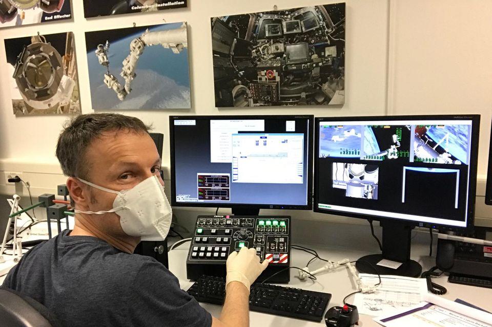 Matthias Maurer übt, einen Roboterarm zu bedienen.