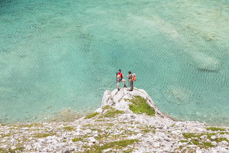 Bergseen sehen mit ihrem smaragdgrünenWasser über weißem Kies einladend aus, aber schrecken durch ihre eisigen Temperaturen ab