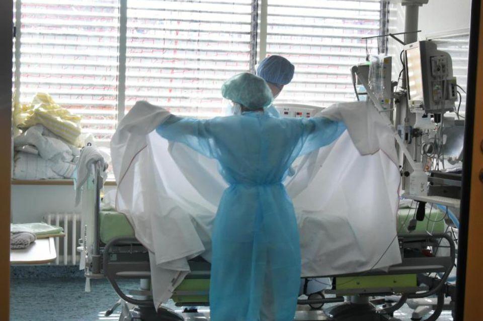 Pflegepersonal betreut Patient auf Intensivstation