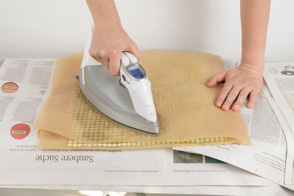 Bügelt über das Backpapier