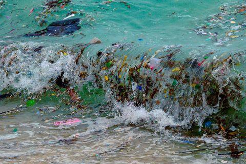 Eine Welle mit Plastikmüll