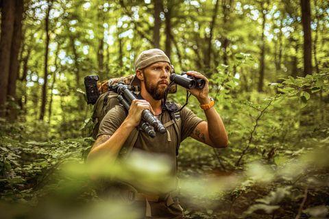 Robert Marc Lehmann auf Expedition im Wald