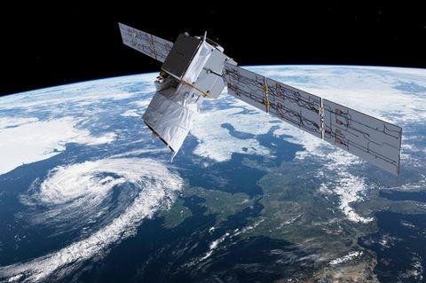 Aus dem Weltraum beobachten Wettersatelliten das Geschehen in der Lufthülle der Erde, etwa die Art, Form und Verbreitung von Wolken