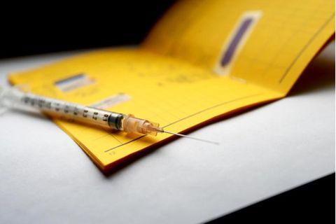 Fotos vom eigenen Impfausweis sollte man nicht öffentlich teilen. Die Gefahr des Missbrauchs ist groß