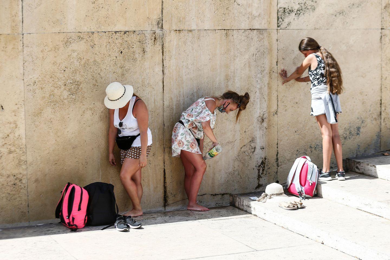 Rom: Touristinnen kühlen sich am Trevi-Brunnen im Schatten ab. Das vergangene Jahr war für in Europa das wärmste seit Beginn der Aufzeichnungen