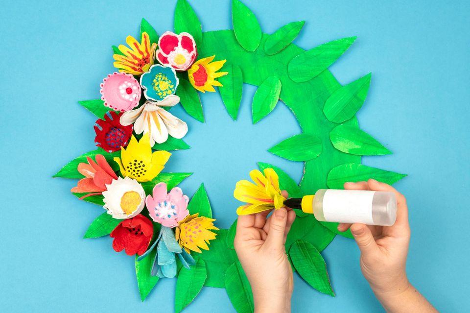 Bastelanleitung: Blumenkranz aus Eierkartons