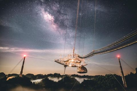 Arecibo-Teleskop bei Nacht