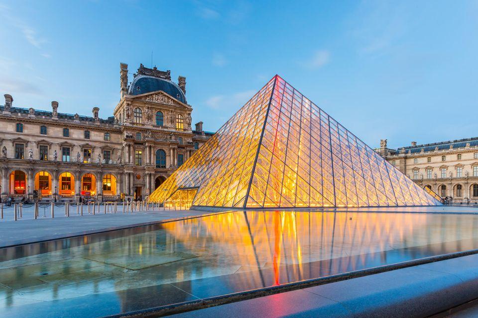 Louvre in Paris, Außenansicht am Abend